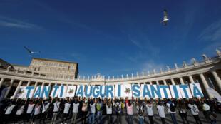 Верующие на площади святого Петра поздравляют папу с днем рождения, 17 декабря 2017