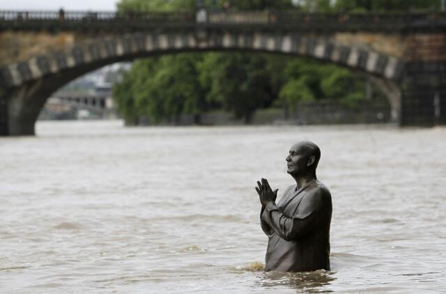 Наводнение в Праге летом 2013 года: памятник Шри Чинмою в водах Влтавы