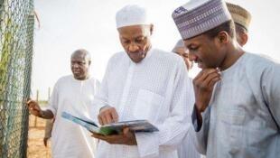 Shugaban Najeriya Muhammadu Buhari da dan sa,  Yusuf Buhari.