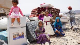 Los hijos de Hadi Ahmed, sentados en el campamento de desplazados de Suwayda, en Yemen, el 16 de septiembre de 2020