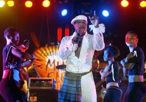 Le chanteur congolais Koffi Olomidé et son groupe Quartier Latin international, à Dakar, le 30 avril 2005.