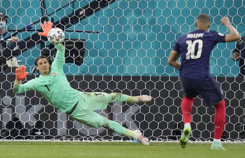 O goleiro Yann Sommer defende o pênalti cobrado por Mbappé e garantiu a classificação da Suíça para as quartas de final da Eurocopa.