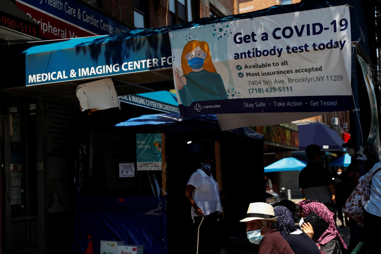 Dân chúng chờ trước một trung tâm xét nghiệm Covid-19 tại Brooklyn, New York (Hoa Kỳ) ngày 21/07/2020.