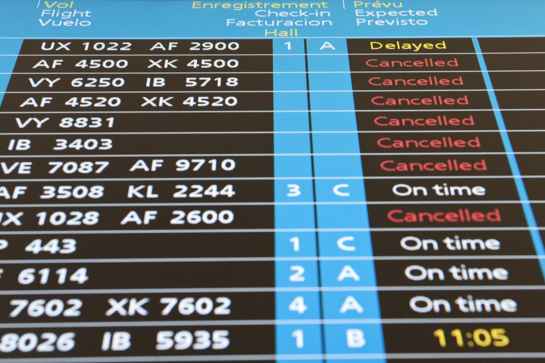 O tráfego retoma pouco à pouco no aeroporto de Orly, França.