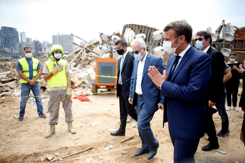 Rais wa Ufaransa Emmanuel Macron akichunguza bandari ya Beirut iliyoharibiwa na mlipuko Agosti 6, 2020, siku mbili baada ya mlipuko huo.
