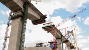 Tabuleiro central da maior ponte suspensa de África a ser instalado em Maputo