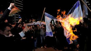 伊斯坦布尔的以色列领馆附近有挺巴勒斯坦的民众焚烧以色列旗