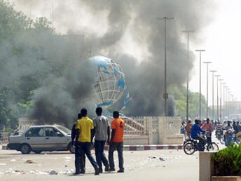 Angry residents set fire to public buildings in Ouagadougou, 16 April 2011.