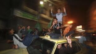 Palestinos festejan tras el anuncio de la tregua, el 21 de noviembre de 2012.
