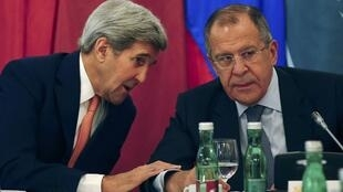 El Secretario de Estado John Kerry y el canciller ruso Serguei Lavrov en Viena, 30 de octubre de 2015.