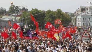 Des dizaines de milliers d'opposants à la politique de Vladimir Poutine ont défilé dans les rues de Moscou, mardi 12 juin 2012.