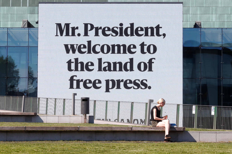 «M. le président, bienvenu au pays de la presse libre», un message affiché au Helsinki Music Center, le 15 juillet 2018.