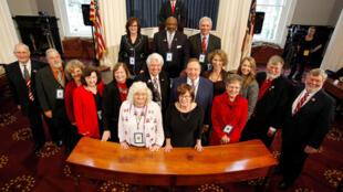 Đoàn đại cử tri của bang North Carolina chụp ảnh kỷ niệm sau khi bỏ phiếu bầu Donald Trump làm tổng thống thứ 45 của Hoa Kỳ, ngày 19/12/2016.