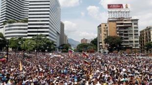 Os partidários do líder da oposição Juan Guaidó assistem a manifestação contra comemoração do Dia do Trabalho