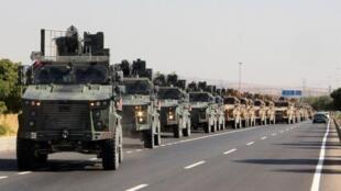Coluna militar turca junto da fronteira entre a Turquia e a Síria neste dia 9 de Outubro de 2019.