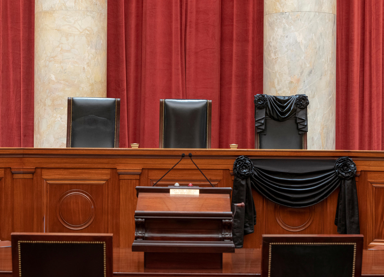 Banderines negros en la silla vacia de difunta jueza Ruth Bader Ginsburg en la Corte Suprema de Justicia de Estados Unidos. El lugar de esta agistrada, ícono progresista, será ocupado por una representante del pensamiento católico y ultraconservador republicano.