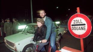 La chute du mur de Berlin, le jour d'après. Photo datée du 10 novembre 1989.
