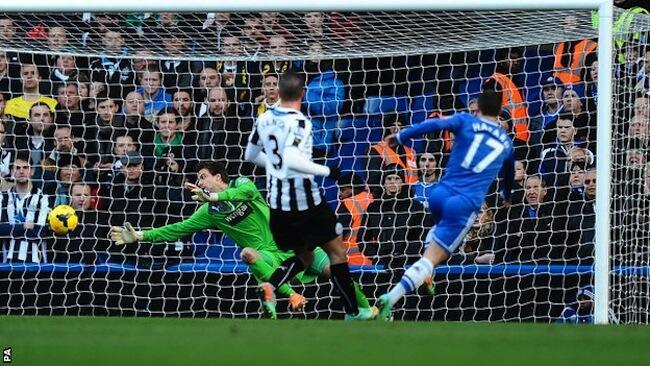 Mshambuliaji wa Chelsea Hazard akipachika bao kwenye nyavu za Newcastle