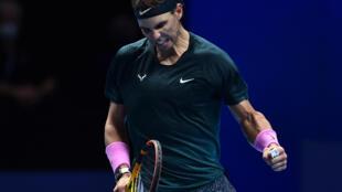 El tenista español número dos del mundo Rafael Nadal festeja un punto durante el partido que le ganó al ruso Andrey Rublev en el Masters de Londres el 15 de noviembre de 2020