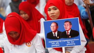 Le Premier ministre cambodgien Hun Sen soutenu par des supportrices, le 7 juillet à Phnom Penh.