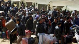 Refugiados fogem da violência na Líbia, em foto de fevereiro de 2011.