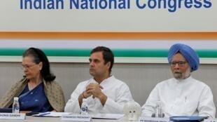 Rahul Gandhi, président du parti du Congrès, entouré de sa mère Sonia Gandhi et de l'ancien Premier ministre Manmohan Singh, à New Delhi, le 25 mai 2019.