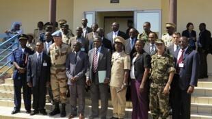 Le ministre malien de la Défense Yamoussa Camara entouré d'experts militaires et d'officiels participant à la réunion de Bamako, le 30 octobre 2012.