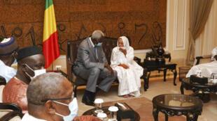 L'ex-otage française Sophie Pétronin aux côtés du président de la transition malienne Bah N'Daw, au palais présidentiel de Bamako, le 8 octobre 2020, après sa libération.