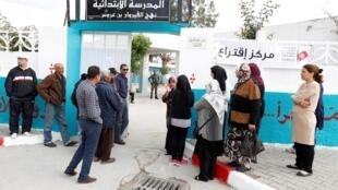 突尼斯选民参加地方选举投票活动  2018年5月6日