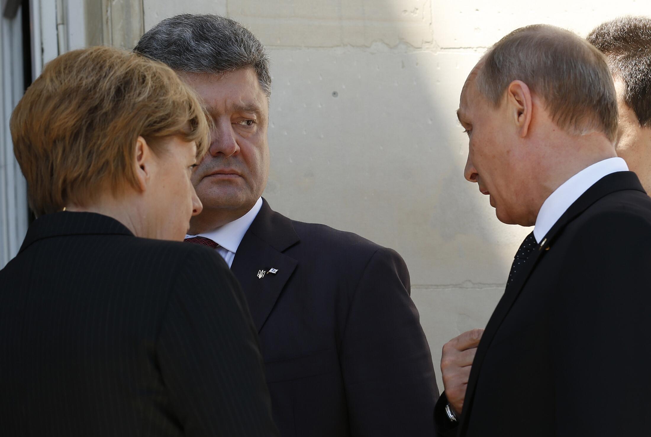 Da esquerda para a direita: Angela Merkel, o ucraniano Petro Porochenko e Vladimir Putin.