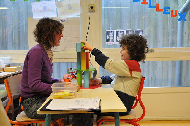 Escola-piloto especializada em crianças autistas testa novos métodos de aprendizagem com seus alunos, em Paris.