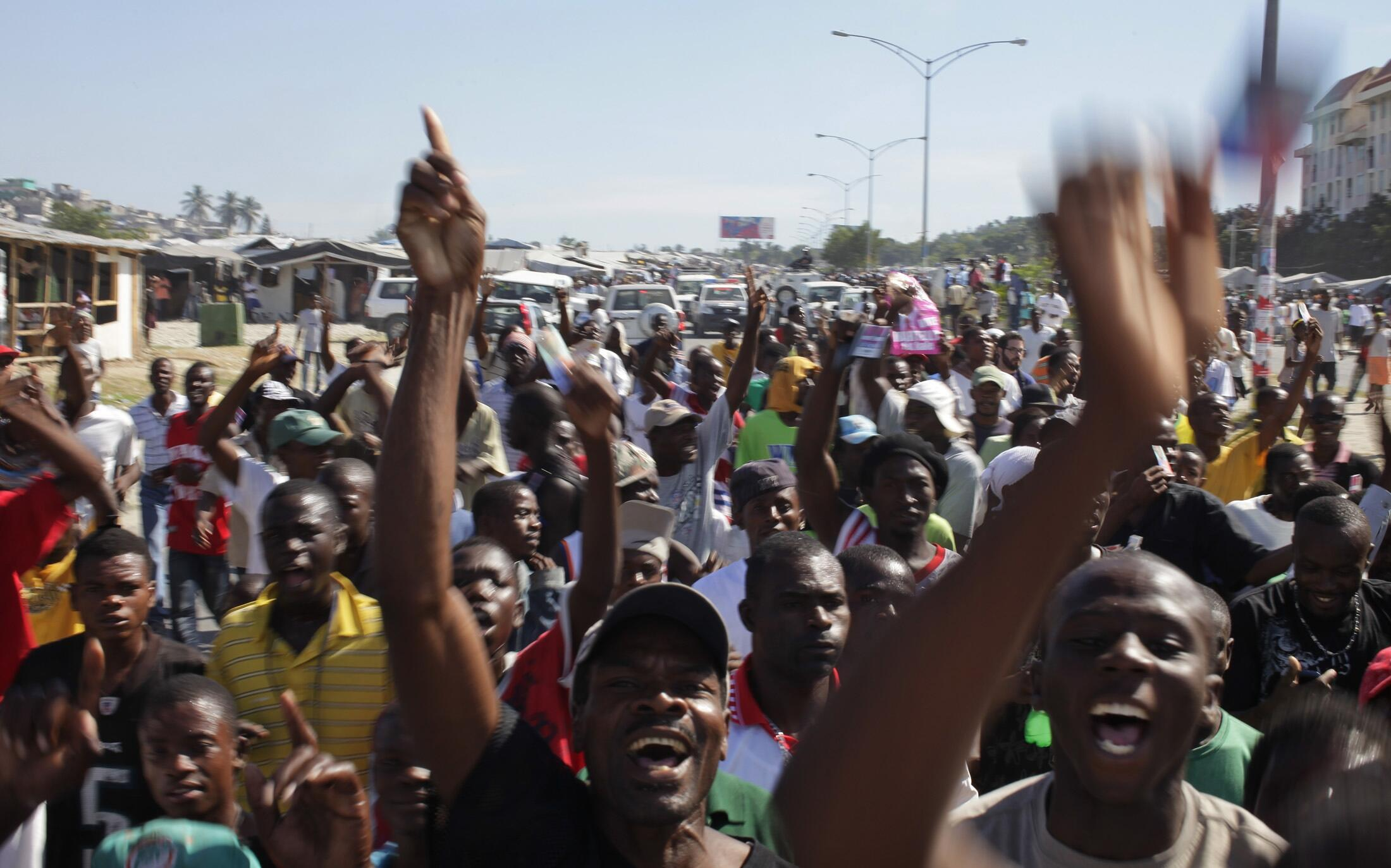 Neste domingo, milhares de pessoas foram às ruas para pedir o cancelamento das eleições no Haiti.