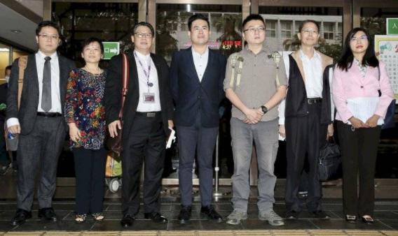 王炳忠(中)、林明正(右三)等人與辯護律師團在台北地院外開記者會