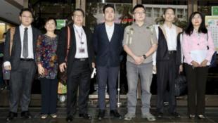 王炳忠(中)、林明正(右三)等人与辩护律师团在台北地院外开记者会