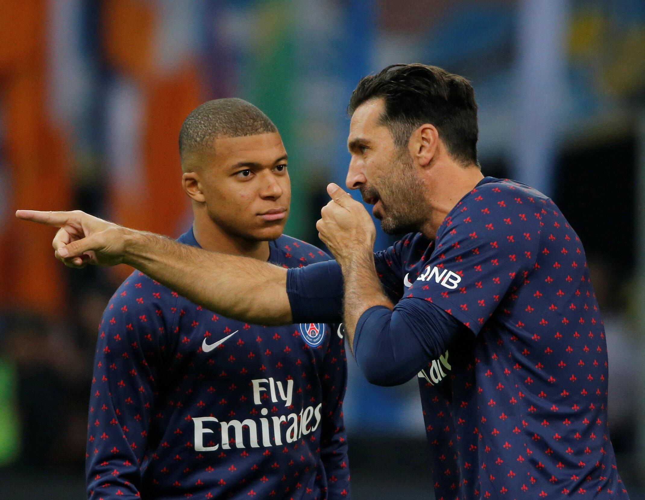 Kylian Mbappé discute avec Gianluigi Buffon avant le coup d'envoi du match OM-PSG, le 28 octobre 2018.