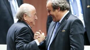 Shugaban hukumar kwallon kafa ta duniya, Sepp Blatter, da Michel Platini