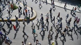 Des Haïtiens défilent dans les rues de Port-au-Prince pour protester contre la remobilisation de l'armée décidée par le président Jovenel Moïse.