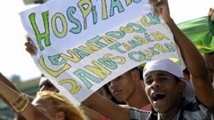 Manifestantes en Salvador exhiben pancartas exigiendo más asistencia médica y hospitales, en junio de 2013