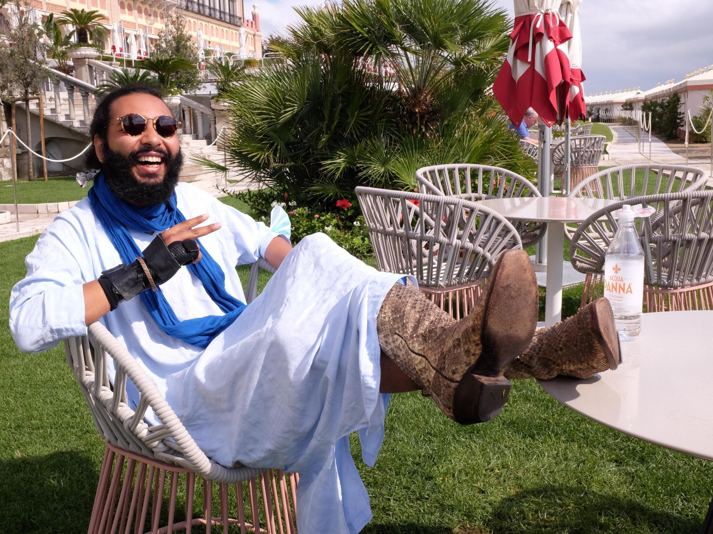 Le réalisateur marocain Ismaël El Iraki portant les bottes du héros de son film, après la première mondiale de «Zanka Contact» à la Mostra de Venise 2020.