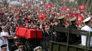 Des officiers escortent le cercueil président Béji Caïd Essebsi à Tunis le 27 juillet 2019.