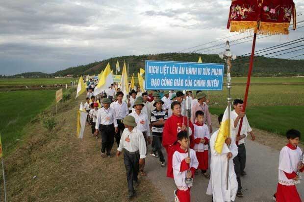 Giáo dân giáo phận Vinh ến dự lễ ầu nguyện hiệp thông với giáo điểm Con Cuông ngày 15/07/2012.