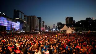 Tại Seoul, đoàn biểu tình đòi bà Park Geun Hye nhanh chóng từ bỏ quyền lực đang tiến về phủ tổng thống ngày 10/12/2016.