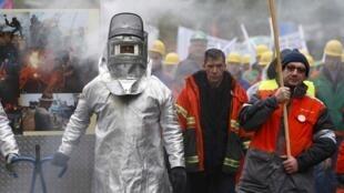 Công nhân ngành luyện kim châu Âu biểu tình tại Bruxelles ngày 09/11/2016 đòi EU phải có biện pháp bảo hộ ngành thép trước đe dọa tcura thép nhập khẩu Trung Quốc.
