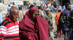 Mwanamke wa Somalia akiomboleza kwenye eneo la mlipuko mtaa wa KM4 mjini Mogadishu. Tarahe 15 Octoba 2017