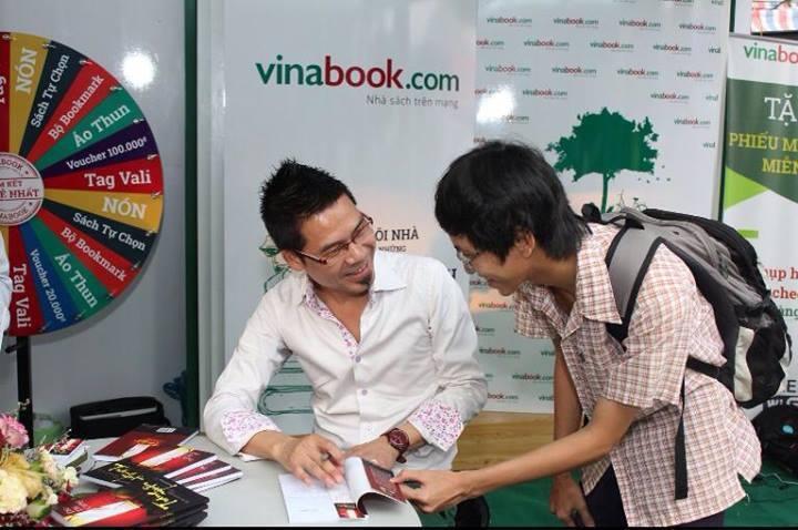 """Anh Đào Phi Cường ký tặng """"Trăng muộn"""" nhân Hội sách ở Sài Gòn (ảnh do tác giả cung cấp)"""