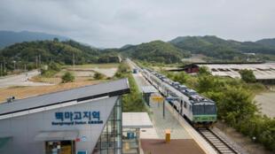Ảnh chụp ngày 29/05/2018 cho thấy toàn cảnh cực bắc tuyến đường sắt Gyeongwon gần khu phi quân sự chia cắt hai miền Nam Bắc Triều Tiên.