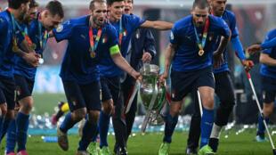 El festejo italiano como campeones de la Eurocopa incluyó la recorrida del campo con el trofeo en andas de la mano de los veteranos defensas Giorgio Chiellini (izq) y Leonardo Bonucci (der) en Wembley  el 11 de julio de 2021