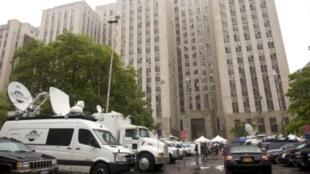 Báo chí Mỹ tập trung trước Tòa án Hình sự Manhattan tại New York ngày 16/5/11, nơi Tổng giám đốc Quỹ Tiền tệ Quốc tế Dominique Strauss-Kahn được đưa ra trình diện trước tòa vì lời cáo buộc mưu toan cưỡng hiếp.