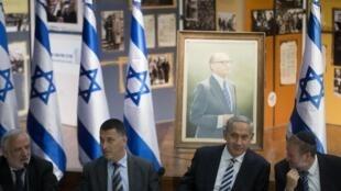 Kiongozi wa serikali ya Israeli Benyamin Netanyahu (wapili kulia), akizunguukwa na mawaziri wake cabinet.