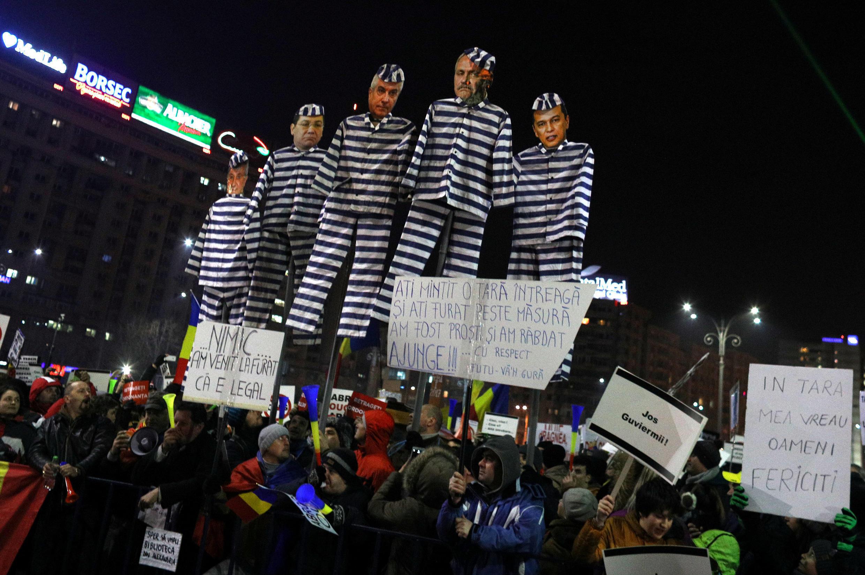 Ngày biểu tình thứ 14 liên tiếp của người dân Rumani chống chính phủ sửa luật chống tham nhũng, tối 13/02/2017 tại thủ đô Bucarest..